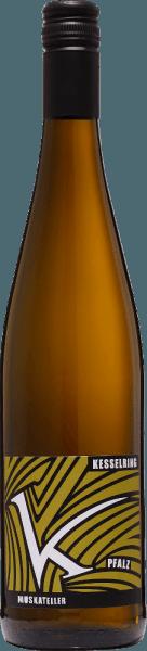 DeGelber Muskateller feinherb van Lukas Kesselring uit het Duitse wijnbouwgebied Pfalz is een evenwichtige, raszuivere en verleidelijke witte wijn. In het glas straalt deze wijn schitterend goudgeel met lichtgouden accenten. Het fruitige bouquet wordt gedomineerd door tropisch fruit. Vooral sappige lychee en zongerijpte passievrucht treden op de voorgrond en worden onderstreept door lichte tonen van citrusvruchten. In de mond bezit deze Duitse witte wijn een onvergetelijk, perfect uitgebalanceerd samenspel tussen de heerlijke restzoetheid, de bezielende frisheid en de filigrane zuurgraad. Het fruitig-frisse aroma van de neus komt ook tot uiting en geeft deze wijn de final touch. Voedingsaanbeveling voor deKesselring Gelber Muskateller feinherb Deze halfdroge witte wijn uit Duitsland is een must bij gezellige barbecues met familie en vrienden. Maar deze wijn is ook een genot bij knapperige zomerse salades of tonijntartaar.