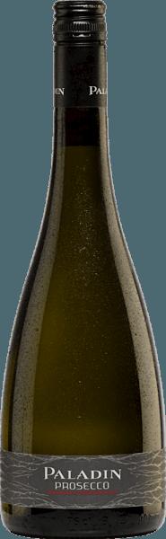 Een lichte en aromatische mousserende wijn is deze Prosecco Frizzante DOC van Paladin.Een delicaat strogeel met fijne perlage toont in het glas. De Paladin Prosecco is zeer aromatisch met aangename tonen van witte bloemen en vers geel fruit - rijpe appels, sappige perziken en een hint van banaan. Deze Prosecco heeft een licht en verfrissend karakter. De verkwikkende stijl leidt de fruitig-bloemige noten naar een heerlijke afdronk. Vinificatie van de Paladin Prosecco Frizzante Deze mousserende wijn komt van de wijngaarden van het wijnhuis Bosco del Merlo. Wij besteden hier aandacht aan de natuurlijke cultivering van de cru-site. De wijnmakerij streeft ernaar wijnen van de hoogste kwaliteit te produceren, wat tot dusver zeer succesvol is gebleken, aangezien hun wijnen regelmatig in de prijzen vallen bij internationale vergelijkingen. Deze mousserende wijn is gemaakt van de typische Prosecco druivensoort Glera. Na de gisting in stalen tanks wordt een tweede gisting op gang gebracht volgens de Charmant-methode. Nadat de druiven zorgvuldig met de hand zijn geoogst, worden ze ontsteeld en zorgvuldig gekneusd, waarna de most na een korte rusttijd wordt geperst. De most wordt eerst gefermenteerd in roestvrijstalen tanks onder temperatuurcontrole. Vervolgens vindt de tweede gisting plaats in druktanks volgens de Charmat-methode (tankgisting), die de wijn zijn perlage geeft. Bij deze methode worden de wijn en de liqueur de tirage in een tank met een grote capaciteit gedaan en vergist. Zodra de gisting is voltooid, wordt de mousserende wijn in een tank onder tegendruk gepompt, wordt de gist door een filter verwijderd en wordt ten slotte de verzendingsdosering toegevoegd. Tenslotte wordt de mousserende wijn, onder tegendruk, gebotteld en gemonteerd. Aanbevolen voedsel voor de Paladin Frizzante Prosecco Een laag alcoholgehalte en zijn levendige karakter maken het tot een uitstekend en zorgeloos voorgerecht voor feestelijkheden. Of geniet van deze mousserende wijn bij schelpdiere