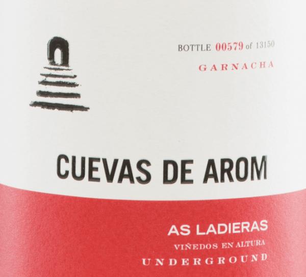 DeAs Ladieras van Cuevas de Arom is een uitstekende, rasechte rode wijn uit het Spaanse wijngebied D.O.. Campo de Borja in Aragon. Een stralend robijnrood met helderrode accenten schittert in het glas van deze wijn. Het complexe bouquet vertoont veelgelaagde, intense aroma's: rode en zwarte bessen in combinatie met florale tonen komen naar voren. De aroma's van bloemen en bessen gaan vergezeld van fijne rokerige hints. Ook in de mond wordt de aromatische complexiteit van de neus weerspiegeld en omhuld door een heerlijke frisheid. De tannines zijn discreet geïntegreerd in de zeer goede body en worden vergezeld door een hint van kruidnagel en zwarte peper. De afdronk overtuigt met een prachtige lengte. Vinificatie van deCuevas de AromAs Ladieras De Garnacha-druiven voor deze Spaanse rode wijn groeien van 25 jaar oude wijnstokken op een hoogte van 500-600 m op een vlakke locatie. De oogst wordt uitsluitend met de hand gedaan. In de wijnmakerij worden de druiven voorzichtig geperst en vervolgens gefermenteerd bij een gecontroleerde temperatuurin cementen tanks van 5000 liter, gevolgd door een open gisting in de cementen tank en de wijnmakerij. Zodra de gisting is voltooid, rijpt deze wijn 8 maanden in Franse eiken vaten. Tenslotte wordt deze wijn licht gefilterd en gebotteld. Aanbevolen voedsel voor deAs Ladieras van Cuevas de Arom Deze droge rode wijn is een absoluut solo-genot, vroeg gedecanteerd. Of serveer deze wijn bij gezellige barbecues met familie en vrienden. Onderscheidingen voor deAs Ladieras Guía Peñín: 92 punten voor 2015 The Wine Advocate: 91 punten voor 2015