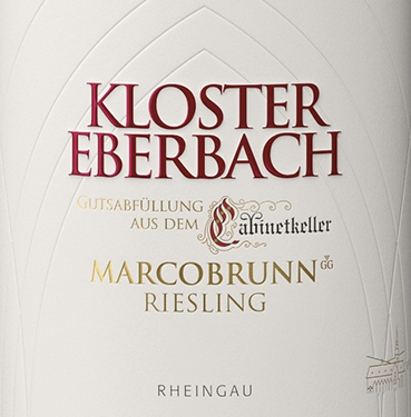 """Met de Erbacher Marcobrunn Riesling Großes Gewächs uit het klooster Eberbach zet het wijnhuis de eeuwenoude traditie van kabinetwijn voort. Een traditie die teruggaat tot de cisternenmonniken van Eberbach, die in de 12e eeuw de verfijnde Bourgondische druif uit hun geboortestreek, de Bourgogne, meebrachten en in de Rheingau verbouwden. De Eberbach Erbacher Marcobrunn Riesling schittert in een helder strogeel met gouden highlights in het glas. Het complexe bouquet van deze expressieve witte wijn onthult een heerlijk aroma van rijpe appels, sappige mango's en peren. Daarnaast zijn er wat passievruchten en discrete houttonen. In de mond heeft deze Duitse witte wijn een krachtige, grijpvaste body met tonen van appels, peren, tropisch fruit en een delicaat gebruik van hout. De zuurgraad is perfect verweven met de body en wordt ondersteund door een goede spanning. De afdronk biedt een prachtige lengte en elegantie. Vinificatie van de Eberbach Riesling Großes Gewächs Erbacher Marcobrunn Een document uit 1390 bewijst dat de wijngaard in """"Marckinborn"""" een van de oudste kloosterwijngaarden is. De naam Marcobrunn is afgeleid van de bron die tussen Hattenheim en Erbach ligt. In 1762 werd de plaats beschouwd als synoniem voor de beste Rheingau-wijnen. Dit terrein ligt op het zuiden en heeft een helling van 0 tot 25%. De diepe bodems zijn rijk aan kleiige mergel en kalk. Na een zeer zorgvuldige oogst worden de druiven in de kelder klaargemaakt voor gisting. Na de strenge selectie begint het gistingsproces in roestvrijstalen tanks. Voor de rijping gaat deze wijn enige tijd in houten vaten en rust hij nog wat verder uit in de fles. Spijsadvies voor de Erbacher Marcobrunn Riesling Kloster Eberbach Großes Gewächs Geniet van deze expressieve, droge witte wijn uit Duitsland bij versgevangen vis in een jasje van kruiden en citroen en bij alle soorten aspergegerechten. Een geweldige wijn voor speciale gelegenheden - ook lekker om alleen te drinken."""