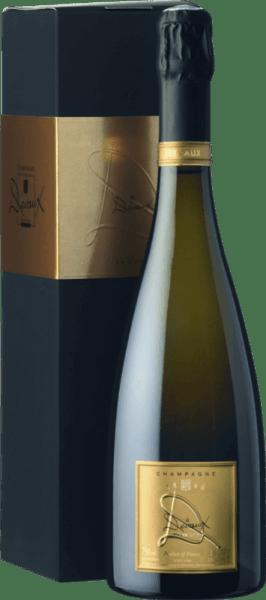 """Deze uitzonderlijke La Cuvée """"D"""" Brut van Champagne Devauxis een perfect uitgebalanceerde compositie van kruidig, wrang appelhart, delicate mirabelle, banaan en aangename amandelbloesemgeur. De champagne lijkt delicaat en evenwichtig met een aanzienlijk extract, frisse zuren en balsamico mondgevoel.  De selectie van de beste druiven van Pinot Noir en Chardonnay is al tijdens de oogst gebeurd.  Deze champagne weerspiegelt een perfecte rijpheid en een eersteklas smaak. Plezier op het meest stijlvolle niveau! Food Pairing / Voedingsadvies voor deLa Cuvée """"D"""" Brut vanChampagne Devaux Lekker met avocadococktail met limoen en garnalen of met krabomelet met limoenrasp. Prijzen voor deLa Cuvee """"D"""" Brut - Champagne Devaux Mundus Vini 2015: GoudWeinwelt en Weinwirtschaft 2012: 89/100 punten"""