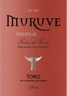 In het glas heeft de Muruve Tinto Roble Toro van Bodegas Frutos Villar een dichte robijnrode kleur. De eerste neus van de Muruve Tinto Roble Toro toont tonen van bosbessen, moerbeien en zwarte bessen. De fruitige delen van het boeket worden samengevoegd met tonen van vatveroudering zoals kaneel, peperkoek en zwarte thee. Deze rode wijn van Bodegas Frutos Villar is de juiste wijn voor alle wijnliefhebbers die van droog houden. Het toont zich echter nooit mager of broos, maar rond en glad. In de mond is de textuur van deze krachtige rode wijn heerlijk dicht en krachtig. Door de gematigde fruitzuurgraad flatteert de Muruve Tinto Roble Toro met een fluweelzacht gevoel in de mond zonder dat het daarbij aan frisheid ontbreekt. In de finale inspireert deze rode wijn uit de wijnstreek Castilië - León uiteindelijk met een goede lengte. Er zijn weer hints van braambessen en zwarte bessen. Vinificatie van de Muruve Tinto Roble Toro van Bodegas Frutos Villar Deze krachtige rode wijn uit Spanje is gevinifieerd uit de druivensoort Tempranillo. Na de handoogst komen de druiven snel aan in de wijnmakerij. Hier worden ze gesorteerd en zorgvuldig verpletterd. De fermentatie vindt dan plaats in klein hout bij gecontroleerde temperaturen. Na het einde van de gisting wordt de Muruve Tinto Roble Toro enkele maanden gerijpt in Amerikaanse eikenhouten vaten. Voedseladvies voor de Muruve Tinto Roble Toro van Bodegas Frutos Villar Deze rode wijn uit Spanje kan het beste worden genoten bij een gematigde 15 - 18°C. Het is een perfecte begeleider van kalfs- en uienbraadpannen, groentecouscous met rundergehaktballetjes of citroenchili met bulgur.