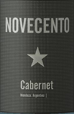 De Novecento Cabernet Sauvignon van Bodega Dante Robino toont een dieprode kleur met steenrode reflecties in het glas, en onthult zijn prachtige bouquet met aroma's van zwarte bessen, die worden onderstreept door kruidige hints. Deze perfect evenwichtige rode wijn wordt gedragen door zijn ronde tannines en een heerlijke frisheid. Het sappige fruit wordt gevolgd door een fijne, houtachtige kruidigheid in de afdronk. Vinificatie van de Novecento Cabernet Sauvignon De wijnstokken voor deze wijn groeien in Perdriel, Mendoza. Na de handmatige oogst worden de druiven ontsteeld en gekoeld en vervolgens vergist bij een temperatuur van 25°Celsius. De alcoholische gisting van deze Cabernet Sauvignon duurt ongeveer 10 dagen. Na afloop vinden korte maceraties plaats om een fruitige wijn te verkrijgen. Spijsadvies voor de Dante Robino Novecento Cabernet Sauvignon Geniet van deze droge rode wijn bij steaks, gegrilde groenten of mediterrane gerechten.