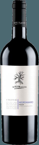 De I Tratturi Negroamaro van Cantine San Marzano is een evenwichtige, harmonieuze en rasechte rode wijn uit het Italiaanse wijnbouwgebied Apulië. In het glas verschijnt deze wijn in een sterk paarsrood afgewisseld met violet-zwarte nuances. Beknopt en warm, het bouquet met duidelijke aroma's van zwarte bessen, maar ook donkere bosbessen en mediterrane kruiden, vooral tijm. Hier toont deze Italiaanse rode wijn al zijn warme en diepe karakter, dat nog kernachtiger wordt in de mond. Het is een rode wijn met een gemiddelde body, die zich in de mond echter openbaart met een fruitige intensiteit en aanwezigheid die de aroma's van cassis, wilde bramen en tijm vakkundig weet terug te vinden. Deze rode wijn sluit af met een lange, zachte afdronk. Vinificatie van de Cantine San Marzano I Tratturi Negroamaro Gemaakt van autochtone Negroamaro druiven, de I Tratturi Negroamaro Puglia van Cantine San Marzano is een single-varietal wijn. De Negroamaro werd gedurende 10 dagen gefermenteerd in stalen tanks bij gecontroleerde temperatuur op de giststarter. Het blijft in de stalen tank om verder te rijpen. Spijs aanbeveling voor de I Tratturi San Marzano Negroamaro Bij een drinktemperatuur van 14-16°C geniet u van deze droge rode wijn uit Italië bij gegrild rood vlees, zoals biefstuk of lamscarré. Maar ook bij barbecue en mediterraan gekruide gerechten harmonieert deze Negroamaro uitstekend.