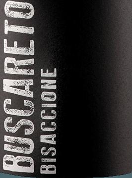 DeBisaccione Rossouit Buscareto in de Italiaanse wijnstreek IGT Marche Rosso is een finesse-rijke, harmonieuze en expressieve rode wijn cuvée gevinifieerd van de druivensoorten Montepulciano en Cabernet Sauvignon. In het glas presenteert deze wijn zich in een donker robijnrood met paarse accenten. Het expressieve bouquet betovert de neus met intense aroma's van sappige zure kersen, pruimen en kruidige tonen van versgemalen peper. Ook in de mond komen de aroma's van de neus naar voren. De warme body heeft een dichte textuur, wat deze Italiaanse rode wijn zijn diepte geeft. De afdronk heeft een aangename lengte en een fijne kruidigheid. Vinificatie van deBuscareto Rosso Marche De twee druivenrassen groeien in de Italiaanse Marche in de wijngaardCassero di Camerata Picena. Zodra de druiven in het wijnhuis van Buscareto zijn aangekomen, worden ze gedurende 15 dagen bij een gecontroleerde temperatuur (ongeveer 25 graden Celsius) gefermenteerd en op de schillen geweekt. Zodra het gistingsproces is voltooid, wordt deze rode wijn overgebracht naar barriques en tonneaux van Frans eikenhout. Het verouderingsproces duurt ongeveer een jaar. Daarna rust deze wijn nog 12 maanden in de fles voordat de Buscareto Rosso Marche de wijnmakerij verlaat. Aanbevolen voedsel voor deRosso Marche Buscareto Deze droge rode wijn uit Italië is een uitstekende begeleider van stevige stoofpotten met rundvlees, gestoofd vlees met gegrilde groenten of ook van allerlei worst- en kaasvariaties.