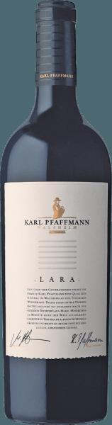 De op vat gerijpte Cuvée Lara uit het wijnbouwgebied Pfalz presenteert zich in het glas in een dicht paarsrood. Bij het ronddraaien van het wijnglas onthult deze rode wijn een hoge dichtheid en volheid, die zich uit in kerkramen aan de rand van het glas. In de neus toont deze Karl Pfaffmann rode wijn allerlei bramen, zwarte bessen, pruimen, pruimen en zwarte kersen. Alsof dat nog niet indrukwekkend was, voegt de rijping in kleine houten vaten nog meer aroma's toe zoals kaneel, zwarte thee en peperkoekkruiden. Deze droge rode wijn van Karl Pfaffmann is iets voor wijnliefhebbers die van absoluut droog houden. De Cuvée Lara komt hier al heel dicht in de buurt, want deze werd gevinifieerd met slechts 0,9 gram restsuiker. Op de tong wordt deze krachtige rode wijn gekenmerkt door een ongelooflijk fluweelachtige textuur. Door zijn levendige fruitzuren openbaart de Cuvée Lara zich in de mond als buitengewoon fris en levendig. In de afdronk inspireert deze goed bewaarbare rode wijn uit de wijnstreek Pfalz uiteindelijk met een aanzienlijke lengte. Opnieuw verschijnen hints van pruimen en zwarte kersen. In de afdronk komen de minerale tonen van de door leem en klei gedomineerde bodems erbij. Vinificatie van de Cuvée Lara door Karl Pfaffmann De basis voor de eersteklas en heerlijk krachtige Cuvée Lara van Karl Pfaffmann zijn de druiven Cabernet Sauvignon en Merlot. De druiven groeien onder optimale omstandigheden in de Pfalz. Hier graven de wijnstokken hun wortels diep in een bodem van leem en klei. Het feit dat de Cabernet Sauvignon- en Merlot-druiven gedijen onder de invloed van een tamelijk koel klimaat heeft een niet te ontkennen invloed op de ontwikkeling van de druiven. Dit komt onder meer tot uiting in bijzonder lange en gelijkmatige druiven en een vrij gematigd alcoholgehalte in de wijn. De druiven voor deze rode wijn uit Duitsland worden uitsluitend met de hand geoogst wanneer ze perfect rijp zijn. Na de oogst worden de druiven onmiddellijk naar de wijnmakerij gebracht