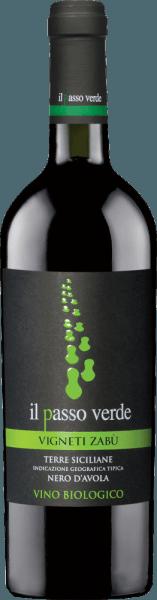 De Il Passo Verde Nero d'Avola van Vigneti Zabu is een rasechte, volle en harmonieuze rode wijn uit het Italiaanse wijnbouwgebied Sicilië. In het glas glinstert deze biologische wijn in een diep robijnrood met violette tinten. Het complexe bouquet biedt expressieve aroma's van sappige kersen, rijpe bosbessen, florale tonen van viooltjes evenals kruidige nuances, wat eucalyptus en een zeer subtiele eikenhouten noot. Het gehemelte wordt vakkundig ingenomen door deze Italiaanse rode wijn met zijn volle body. De fruitig-kruidige aroma's harmoniëren wonderwel met de evenwichtige structuur. De afdronk komt met een imposante lengte. Vinificatie van de Vigneti Zabu Verde Nero d'Avola Il Passo Alleen de beste biologische druiven (Nero d'Avola) worden gebruikt voor deze rode wijn. Zodra de druiven in de kelder van Vigneti Zabu aankomen, wordt het beslag eerst gefermenteerd in roestvrijstalen tanks en blijft het lange tijd op de bessenschillen liggen. Op die manier worden nog meer kleurpigmenten en aroma's geëxtraheerd. Deze rode wijn ondergaat ook malolactische gisting. De rijping vindt plaats gedurende 6 maanden, 50% in barriques en 50% in betonnen tanks. Spijs aanbeveling voor de Nero d'Avola Verde Il Passo Vigneti Zabu Geniet van deze droge biologische rode wijn uit Italië bij gebraden rundvlees met stevige bijgerechten, wildzwijn goulash met spaetzle of bij kazen van gemiddelde leeftijd.