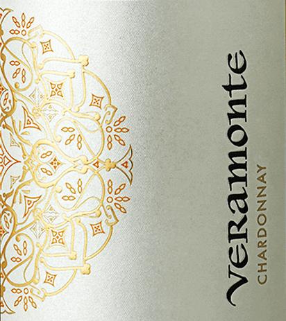 De druiven voor deze soepele, rassigeChardonnay van Veramonte groeien in het Chileense wijnbouwgebied Casablanca Valley. Met een stralend strogeel en groen-gouden reflecties, glinstert deze wijn in het glas. Het expressieve bouquet betovert de neus met aroma's van geel fruit (rijpe peer en kweepeer), frisse citroenschil en lemon curd, en subtiele hints van vanille en toast. Het gehemelte wordt volledig overtuigd door het pure fruit en de romig-smeltende textuur. Het lichaam is wonderbaarlijk elegant en harmonieus. De finale wacht met een prachtig evenwicht tussen smeltende en fruitige frisheid. Vinificatie van de Chardonnay Veramonte De druiven worden 's nachts geoogst in de Casablanca Vallei en onmiddellijk naar de Veramonte wijnmakerij gebracht. Daar worden de druiven in hun geheel geperst en vergist in roestvrijstalen tanks. Vervolgens rijpt deze Chileense witte wijn voor 50% in roestvrijstalen tanks en voor 50% in houten vaten (8 maanden). Spijs aanbeveling voor de Veramonte Chardonnay Deze droge witte wijn uit Chili past uitstekend bij allerlei romige risottovariaties, verse pasta en lasagne, maar ook bij gerechten uit de Thaise keuken - vooral gerechten met kokosmelk