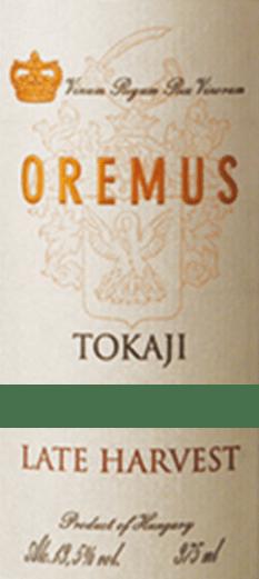 DeTokaji Late Harvest van Tokaj Oremus is een heerlijke, volle dessertwijn gemaakt van de druivensoorten Furmint (50%), Zeta (25%), Harslevelü (20)% enMuscat de Lunel (5%). In het glas schittert deze wijn in een helder goudgeel met glinsterende highlights. Het aromatische bouquet onthult diverse aroma's van sappige wijngaardperziken, rijpe kweepeer en vers citrusfruit - onderstreept door witte zomerbloemen en acaciahoning. Deze Tokaj verwent het gehemelte met een weelderige fruitigheid van abrikoos, peer en citroen. De sappige zoetheid harmonieert perfect met de fijne, elegant uitgebalanceerde zuurgraad. De afdronk heeft een prachtige lengte. Vinificatie van de Oremus Late Oogst Tokaji De druivenoogst begint half september en duurt tot begin oktober. De druiven worden zorgvuldig met de hand geoogst in verschillende rondes en daarna onmiddellijk naar de wijnkelder van Oremus gebracht. De druiven worden altijd in kleine partijen geperst en de most wordt vervolgens vergist in nieuwe Hongaarse eiken vaten (sommige 136-liter Göncer vaten en sommige 220-liter Szerednye vaten). gegist. Na de gisting rijpt deze dessertwijn 6 maanden in Hongaarse eiken vaten. Tenslotte wordt deze wijn gebotteld en rijpt hij nog minstens 15 maanden harmonieus in de kelders. Spijs aanbeveling voor de Spätlese Oremus Tokaj Geniet van deze edele zoete Tokaj uit Hongarije bij alle soorten desserts met vers fruit of ook bij fijne zandkoekjes. Maar ook bij pikante ganzenleverpaté of gerijpte zachte kazen past deze wijn uitstekend.