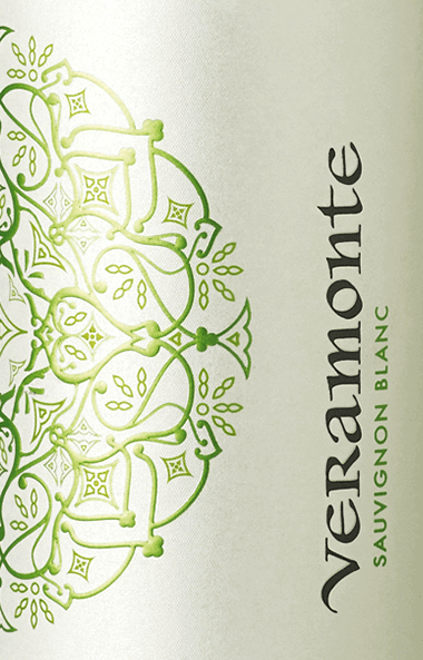 DeSauvignon Blanc van Veramonte is een prachtige, zuivere witte wijn uit het Chileense wijnbouwgebied Casablanca Valley Een helder strogeel met goudgroene accenten glinstert in het glas van deze wijn. Het levendige bouquet wordt gekenmerkt door frisse aroma's. Zongerijpte citrusvruchten - vooral limoen en mandarijn - worden onthuld samen met fijne nuances van fruitbloesem. Heerlijk sappig met een fris fruit overtuigt deze Chileense witte wijn het gehemelte. De zachte volheid gaat over in een mooie afdronk met aromatische lengte. Spijs aanbeveling voor de Veramonte Sauvignon Blanc Geniet van deze droge witte wijn uit Chili goed gekoeld gewoon solo op het terras of het balkon. Of serveer deze wijn bij gegrilde vis, quiche met groenten of verse pasta.