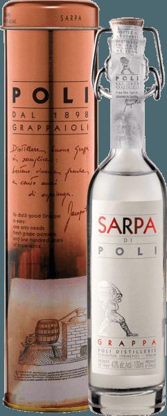 DeSarpa di Poli van Jacopo Poli is een krachtige grappa gemaakt van de druivensoorten Merlot (60%) en Cabernet Sauvignon (40%). In het glas presenteert deze grappa zich met een heldere, transparante kleur. Het frisse boeket wordt gedragen door verse kruiden, geplette munt en bloemige accenten van rozen en geraniums. In de mond is deze grappa heerlijk krachtig met een rustieke persoonlijkheid - zeer zuiver en eerlijk van smaak. Distillatie van de Jacopo Poli Grappa Sarpa di Poli Baby De nog verse draf wordt op traditionele wijze gedistilleerd in oude koperen distilleertoestellen. Na het distillatieproces heeft deze Grappa nog 75 Vol%. Door toevoeging van gedistilleerd water bereikt deze druivendraf brandewijn een alcoholgehalte van 40% vol. Daarna rust deze grappa in totaal 6 maanden in roestvrijstalen tanks om tenslotte zachtjes gefilterd op de fles te worden afgevuld. Serveertips voor de Baby Sarpa di Poli Jacopo Poli Grappa Geniet van deze Grappa als digestief na een lekker menu, of serveer hem gewoon puur op ongeveer 10 tot 15 graden Celsius.