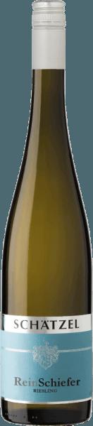 De Riesling Nierstein ReinSchiefer uit het wijnbouwgebied Rheinhessen toont zich in het glas in briljant glinsterend lichtgeel. Na de eerste zwenking wordt deze witte wijn gekenmerkt door een fascinerende lichtheid, waardoor hij behendig danst in het glas. Deze witte wijn uit de Oude Wereld, die in een wit wijnglas wordt geschonken, vertoont heerlijk expressieve aroma's van peer, appel, kweepeer en morellen kers, afgerond met verdere fruitige nuances Deze droge witte wijn van Weingut Schätzel is ideaal voor wijnliefhebbers die liever kurkdroog drinken. De Riesling Nierstein ReinSchiefer komt hier al heel dicht bij in de buurt, want hij werd gevinifieerd met slechts 5 gram restsuiker. In de mond is de textuur van deze lichtvoetige witte wijn heerlijk licht. Dankzij de bondige fruitzuren is de Riesling Nierstein ReinSchiefer heerlijk fris en levendig in de mond. In de afdronk inspireert deze witte wijn uit het wijnbouwgebied Rheinhessen uiteindelijk met een aanzienlijke lengte. Opnieuw verschijnen hints van pruimen en morellen kersen. Vinificatie van de wijngaard Schätzel Riesling Nierstein ReinSchiefer De elegante Riesling Nierstein ReinSchiefer uit Duitsland is een single-varietal wijn gemaakt van het druivenras Riesling. Riesling Nierstein ReinSchiefer is door en door een wijn uit de Oude Wereld, want deze Duitse wijn ademt een buitengewone Europese charme die het succes van wijnen uit de Oude Wereld duidelijk onderstreept. De ontwikkeling van de druiven voor deze Riesling wijn wordt in zeer hoge mate beïnvloed door het klimaat van het teeltgebied. In Rheinhessen gedijen de druiven in een vrij koel klimaat, wat onder meer tot uiting komt in bijzonder lange en gelijkmatige druiven en een vrij matig mostgewicht. Na de handmatige oogst worden de druiven snel naar de perserij gebracht. Hier worden ze geselecteerd en zorgvuldig vermalen. De gisting volgt bij gecontroleerde temperatuur. De gisting wordt gevolgd door rijping. Spijsadvies voor de wijngaard Schätzel Rieslin