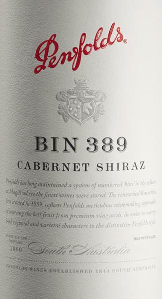 DeBin 389 van Penfolds is een voortreffelijke, complexe cuvée van rode wijn van de druivensoorten Cabernet Sauvignon (51%) en Shiraz (49%). In het glas schittert deze wijn in een briljant granaatrood met donkere tinten. Het complexe bouquet maakt het uiterst moeilijk om de afzonderlijke componenten te identificeren. Wanneer de wijn aan de lucht wordt blootgesteld, ontvouwt zich een indrukwekkend karakter van de vatrijping met aroma's van vijg, dadel, pruim en kweepeer, aangevuld met tonen van soja en hoisinsaus. Een uitgesproken frisheid met donkere bessen (bramen en zwarte bessen) is duidelijk. Tonen van houtskool en Italiaanse groenten (courgette, aubergine) zijn discreet op de achtergrond aanwezig. Op het volle, levendige gehemelte ontvouwt deze Australische rode wijn een wijnachtig vlechtwerk van donker bessenfruit samen met minerale hints (grafiet en potloodlood) en zoete kruidnuances. Bovendien onthult deze cuvée een kruidige frisheid, aangevuld met levendige zuren, goed gevormde tannines en respectvol eikenhout. Een wijn van heerlijke lengte, textuur en groot gewicht. Vinificatie van de Penfolds Cabernet Shiraz Bin 389 Gescheiden per druivensoort, worden de druiven geoogst in de warme en koele groeigebieden van Zuid-Australië. Zodra de druiven in de wijnkelder van Penfolds zijn aangekomen, wordt de most direct in houten vaten vergist (gescheiden per druivensoort en herkomst), terwijl het andere deel in roestvrijstalen tanks wordt vergist. Na de alcoholische gisting wordt deze wijn gerijpt in kleine vaten van Amerikaans eikenhout (37% nieuw hout). Tenslotte wordt deze rode wijn geblend tot de uiteindelijke blend en rijpt nog bijna een jaar op de fles in de wijnkelder van Penfolds. Spijs aanbeveling voor de Penfolds Bin 389 Wij bevelen deze droge rode wijn uit Australië aan bij gestoofde runderwangen, wildstoofpot met wilde paddestoelen, gestoofde ossenstaart, gelardeerd hazenzadel of gebraden eend uit de oven. Prijzen voor de Bin 389 Penfolds Cabernet Shiraz R