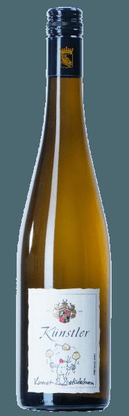Het stralende Riesling Kunststückchen van het wijnhuis Künstler bekoort het oog met een heldergele kleur in het glas. In de neus overheersen geelvlezige perziken en fruitige aroma's van citroen en limoen. In de mond wordt deze fruitige indruk voortgezet. Het wordt vergezeld door een elegante zuurgraad die zorgt voor harmonie en schittering. De witte wijn uit de Rheingau biedt veel potentieel. Serveertip/Foodpairing Het Riesling Kunststückchen van Weingut Künstler is een uitstekend genot op zichzelf. Maar het is ook zeer aan te bevelen bij gevogelte, vis of lichte voorgerechten met zeevruchten.