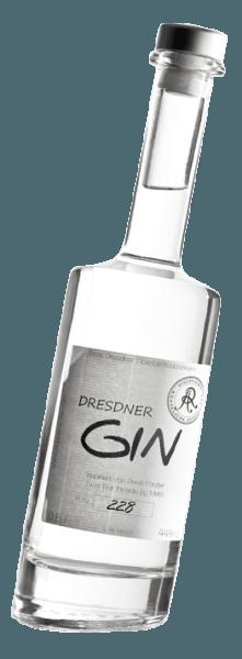 """De Dresden Premium Ginvan Augustus Rex laat zich van een zeer aromatische en expressieve kant zien zonder te sterk te zijn. Het bouquet van deze ambachtelijk gedistilleerde Dresden gin ademt klassieke tonen van jeneverbes gekoppeld aan verse citrusvruchten. In de mond presenteert de Dresden Gin """"Twist"""" zich heerlijk kruidig en opwekkend (ook door de schuine fles). Citroenmelisse en koriander behoren tot de complementaire botanicals, de rest blijft een geheim van de distilleerder. Bloemige tinten ronden de ervaring voor alle zintuigen af. Distillatie van de Dresden Gin door Augustus Rex Dresden Gin wordt gedistilleerd in de distilleerderij Augustus Rex in een distilleerketel van 300 liter, wat zorgt voor het sterke aroma, waardoor het zich onderscheidt van industrieel geproduceerde gins. De filosofie van Augustus Rex en haar hoofd distilleerder Georg W. Schenk is om alleen sterke dranken van de hoogste kwaliteit te produceren, met alleen de allerbeste basisingrediënten. Het is deze kwaliteit die Augustus Rex beroemd heeft gemaakt, niet alleen buiten de grenzen van Saksen, maar ook in Duitsland. Het idee om een Dresden Gin te produceren ontstond in 2010 bij 30 bartenders. Tijdens een bezoek aan Georg W. Schenk van Augustus Rex aan de rand van Dresden konden zij zich overtuigen van de kwaliteit van de eigen distillaten en likeuren en samen ontwikkelden zij de August Rex Dresden Gin. Al deze expertise van de bartenders, samen met het vakmanschap van de distilleerder, zit in de Dresden Gin. Dat is wat deze premium gin maakt. Bij de botanicals ligt de nadruk op verschillende citrusschillen, die worden gedistilleerd in een distilleerketel van 300 liter. Andere plantaardige stoffen zijn koriander, marjolein, lavendel, citroenmelisse, gentiaan en gember. Geniet aanbeveling voor de Augustus Rex Twist Gin Geniet van deze premium gin puur of in cocktails en longdrinks zoals Gin & Tonic, Negroni of Martini."""