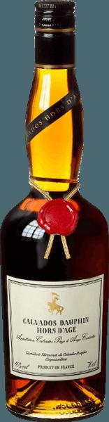 """De Calvados Dauphin Hors d'Age Très Vieille Pays d'Auge AOC van Calvados Dauphin glinstert in een prachtige amber tot roodgouden kleur in het glas. Hij maakt indruk met een fantastisch bouquet van rijpe appels en zoetzure geroosterde en vanilletonen, die het resultaat zijn van de lange houtrijping. In de smaak inspireert de zoetheid en de tegelijkertijd stevige smaak, in de mond is hij zacht, fluweelzacht en warm, en toch fris. In de bijzonder lange en aanhoudende afdronk klinken de aromatische appeltoetsen door. Een Calvados van de absolute topklasse, voor kenners en liefhebbers een hoog genot! Productie van de Calvados Hors d'Age Très Vieille Pays d'Auge door Calvados Dauphin De Calvados Hors d'Age rijpt meer dan 6 jaar in houten vaten en wordt ook wel Très Vieille genoemd. Alleen zeer specifieke appelvariëteiten zijn toegestaan voor Calvados. Deze worden gemengd in een verhouding van ongeveer 40% zoete appels, 40% bittere appels en 20% zure appels om een cider te produceren. Na de dubbele distillatie van de cider in kleine koperen distilleertoestellen, wordt de appelbrandewijn voor de V.S.O.P. gedurende 6 jaar en langer bij constante keldertemperatuur gerijpt in houten vaten van eiken- en kastanjehout. De Calvados Dauphin komt uit Normandië, uit het Pays d'Auge, dat wordt beschouwd als het gebied voor de fijnste Calvados. Alleen dan mag het de begeerde benaming """"Calvados Pays d'Auge Controlée"""" dragen. Aanbevelingen voor de Calvados Hors d'Age Très Vieille Pays d'Auge van Calvados Dauphin Deze voortreffelijke gerijpte Calvados is een ideaal digestief, in een aangename ronde, na een smakelijke maaltijd, bij gerijpte en kruidige kazen of bij fijne fruitdesserts, het beste met appels."""