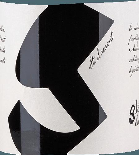 Uit het Oostenrijkse wijnbouwgebied Carnuntum komt de rasechte, krachtigeSankt Laurent van Glatzer. In een diep kersenrood met violette reflecties presenteert deze wijn zich in het glas. Het geurige bouquet streelt de neus met een fruitig bouquet - sappige kersen vermengen zich met donkere bessen (braambes, bosbes en zwarte bes) en subtiele nuances van kruidig eikenhout. Met een goede rijkdom en pittig fruit - vooral zure kersen komen op de voorgrond - weet deze Oostenrijkse rode wijn het gehemelte te veroveren. De heerlijk vlezige textuur wordt omhuld door een krachtige body en gaat over in een elegante en aangenaam lange afdronk. Vinificatie van de Glatzer St. Laurent De St. Laurent-druiven voor deze rode wijn zijn afkomstig van verschillende wijngaarden in Carnuntum. Bij optimale rijpheid worden de bessen geoogst en onmiddellijk naar de wijnkelder van Glatzer gebracht. Daar wordt het beslag eerst gefermenteerd in roestvrijstalen tanks. Daarna blijft deze wijn nog 2 weken op de giststarter - gedurende deze tijd wordt de drafkoek regelmatig overstroomd. Na de maceratieperiode wordt deze rode wijn geperst en ondergaat hij een biologische zuurdegradatie. Om deze wijn harmonieus af te ronden, wordt hij 12 maanden gerijpt in gebruikte barriques. Aanbevolen voedsel voor de Sankt Laurent Weingut Glatzer Geniet van deze droge rode wijn bij klassiek gebraden varkensvlees met aardappelknoedels en rode kool, kruidige stoofschotels, klassieke spaghetti bolognese of bij geselecteerde worst- en kaasspecialiteiten.