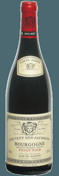 """DeBourgogne Rouge Pinot Noir AOC Couvent des Jacobins is de perfecteperfecte introductie tot de """"rode bourgogne""""! De typische aroma's van morellen, bessen en vijgen zijn heerlijk verfrissend en brengen een zeer aromatisch bouquet voort met een volle energie van warme specerijen en levendige tannine, met tonen van compote van rood fruit, bloesem van zwarte bessen en fijne rook. Dit wordt vermengd met zachte kruidige tonen die deze wijn tot een ideale begeleider maken van wat sterker gekruide gerechten. De Bourgogne Rouge Pinot Noir AOC Couvent des Jacobins schittert jong in een helder robijnrood en ontwikkelt naarmate hij rijpt elegante granaatrode reflecties. De Pinot Noir druiven zijn afkomstig uit het hele teeltgebied van de Côte d'Or met de Hautes Côtes de Beaune, de Hautes Côtes de Nuits, de Côte Chalonnaise en de Auxerrois. Traditioneel wordt de wijn eerst gedurende drie weken op de schillen gefermenteerd. Daarna rijpt een kwart tien maanden in gebruikte barriques van Frans eikenhout. Om zichzelf in evenwicht te brengen, wordt de wijn tenslotte korte tijd opgeslagen in roestvrijstalen tanks en pas daarna volledig opgelost gebotteld. Deze zuivere wijn past zeer goed bij gegrild of kort gebraden vlees, bij eendenborst, zachte wildgerechten (gebraden haas) en middelsterke kazen (witte kaas)."""