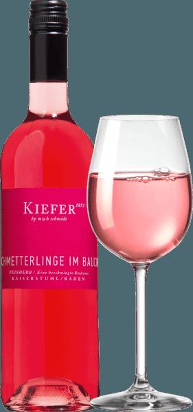 """De Schmetterlinge im Bauch Rosé van Weingut Kiefer uit de serie """"Junge Poeten"""" schittert met een prachtig framboos-roze in het glas. Voor het oog een dromerige rosé wijn met een intense kleur onthult een levendig en opwindend aroma van rood fruit zoals framboos, aardbei en rode bes, aangevuld met weidebloemen en citrus nuances. In de mond wordt deze Duitse roséwijn gedomineerd door rijpe frambozen en rode bessen. Een delicate tinteling, gecombineerd met een hartig zoet-zuur spel straalt pure levensvreugde uit en staat garant voor een ongecompliceerd en heerlijk fruitig drinkgenot. Na """"echte"""" vlinders in de maag, is deze wijn het op één na beste. Het beste is natuurlijk de combinatie van beide versies. Vinificatie van de Schmetterlinge im Bauch Rosé Wijn De Schmetterlinge im Bauch wijn is gevinifieerd van Pinot Noir, Dornfelder, Cabernet Mitos, en Cabernet Carol en afgewerkt met een subtiele restzoetheid. De druiven groeien op minerale lössbodems met vulkanisch gesteente eronder. Drinkadvies voor de Schmetterlinge im Bauch wijn Geniet van de Kiefer Schmetterlinge im Bauch Rosé als een perfecte zomerwijn 's avonds op het terras of als een mooie begeleider van mediterrane visgerechten. Het is ook een uitstekende wijn voor Valentijnsdag. Charmant: Als je zo opgefokt bent dat je niet meer kunt praten, knijp je gewoon in de fles in je hand ;-)"""