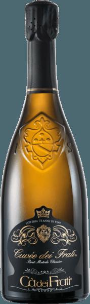 DeCuvée dei Frati Brut van Cà dei Frati is een verfrissende Italiaanse Spumante gemaakt van de druivensoorten Turbiana (90%) en Chardonnay (10%). In het glas heeft deze mousserende wijn een fijne, doorlopende perlage en schittert hij in een helder goudgeel met groenige accenten. Het geurige bouquet ontvouwt intense aroma's van hazelnoten, versgebakken koekjes - ondersteund door nuances van hooi en kruidige tabak. In de mond is deze wijn heerlijk zijdezacht en romig, want de Chardonnay geeft deze mousserende wijn zijn zachte kant en rondt zo de jeugdige uitbundigheid van de Turbiana (Trebbiano) perfect af. Vinificatie van deCà dei FratiCuvée dei Frati Brut Deze Italiaanse mousserende wijn is gevinifieerd volgens Metodo Classico. Eerst worden de druiven in hun geheel geperst en vergist in roestvrijstalen tanks (1e gisting). Suiker en gist worden nu toegevoegd aan deze basiswijn, die vervolgens wordt afgevuld in de mousserende wijnfles en stevig wordt afgesloten met een kroonkurk (2e gisting). Deze mousserende wijn wordt in totaal 24 maanden in de fles bewaard op de fijne gist en wordt na deze tweede gisting gedegorgeerd. Tenslotte rijpt deze Spumante 4 maanden op de fles. Spijsadvies voor deCuvée dei Frati Brut Cà dei Frati Geniet van deze Spumante uit Italië als een heerlijk aperitief of serveer hem bij knapperige salades met kipfilet of gerechten met zoetwatervis.