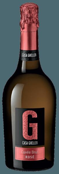 De Casa Gheller Cuvée Brut Rosé Spumante is een eersteklas mousserende wijn. Hier heeft hij een prachtig briljante, platina gele kleur. Ideaal geschonken in een champagneglas, presenteert deze mousserende wijn uit de Oude Wereld heerlijk jeugdige en geurige aroma's van braam, zwarte bes, moerbei en bosbes, afgerond met andere fruitige nuances. De Cuvée Brut Rosé Spumante kan met recht bijzonder fruitig en fluweelachtig worden genoemd, want hij werd gevinifieerd met een heerlijk zoet smaakprofiel. Lichtvoetig en complex, presenteert deze evenwichtige mousserende wijn zich op het gehemelte. Dankzij de levendige fruitzuren is de Cuvée Brut Rosé Spumante fantastisch fris en levendig in de mond. Vinificatie van de Cuvée Brut Rosé Spumante van Casa Gheller De basis voor de elegante Cuvée Brut Rosé Spumante uit Veneto zijn druiven van de druivenrassen Glera, Merlot en Pinot Noir. De druiven groeien onder optimale omstandigheden in Veneto. Hier graven de wijnstokken hun wortels diep in de bodem van sedimentair en verweerd gesteente. Na de druivenoogst worden de druiven onmiddellijk naar de perserij gebracht. Hier worden ze gesorteerd en zorgvuldig vermalen. De gisting vindt vervolgens plaats in roestvrijstalen tanks bij gecontroleerde temperaturen. De gisting wordt gevolgd door enkele maanden rijping op de fijne droesem voordat de wijn uiteindelijk wordt gebotteld. Spijsadvies voor de Cuvée Brut Rosé Spumante van Casa Gheller Deze Italiaanse mousserende wijn wordt het best gedronken zeer goed gekoeld op 5 - 7°C. Hij is perfect als begeleidende wijn bij geroosterde forel met gemberpeer, een stoofschotel met rum of een fruitige witlofsalade.