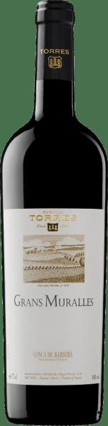 DeGrans Muralles van Miguel Torres is een uitstekende en expressieve rode wijn cuvée gevinifieerd van de druivensoortenMonastrell, Samsó, Carinena, Garró en Garnacha. Deze Spaanse rode wijn presenteert zich in een dichte, donkere granaatrode kleur. Het bouquet straalt expressieve tonen uit van rijpe edele pruimen en sappige bramen. De aroma's van geroosterd brood worden afgerond met lichte, fijnkruidige tonen van zoethout en zwarte peper. De smaak, die wordt gekenmerkt door een rijkdom aan aroma's, onthult zeer duidelijk het indrukwekkende potentieel van een uitstekende locatie en de nobele oorsprong van deze wijn. Deze rode wijnis zijdezacht, vol van smaak en verwent het gehemelte met heerlijke chocoladetonen. De zachte tannine is perfect geïntegreerd in de uitstekende structuur. De Grans Muralles is een uitstekende rode topwijn met een dromerige lengte. Vinificatie van de Miguel Torres Grans Muralles De druiven worden met de hand geoogst van de oude wijnstokken in Grans Muralles. De opbrengst bedraagt 3.000 kg/ha per jaar. Na de strenge selectie van de druiven worden de druivensoorten afzonderlijk gevinifieerd. Gedurende 18 maanden rijpt deze rode wijn in vaten vanFrans eikenhout uit Allier en Nevers. Door de gescheiden vinificatie kan Torres zorgen voor de beste ontwikkeling van elke afzonderlijke variëteit en zo aan het eind een onvergetelijke cuvée samenstellen. Aanbevolen voedsel voor de Grans Muralles door Miguel Torres Deze droge rode wijn uit Spanje is een ideale begeleider van stoofschotels in tomatensaus met milde pepers en veel kruiden (tijm, marjolein, rozemarijn, basilicum, laurier) of van de kruidige vleesgerechten van een typisch mediterrane keuken met gebraden en gegrild vlees. Onderscheidingen voor de Torres Grans Muralles James Suckling: 94 punten voor 2011 Wine Advocate: 93 punten voor 2010