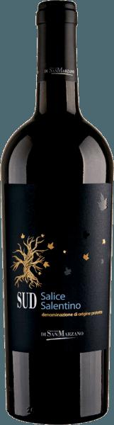 De SUD Salice Salentino van Catine San Marzano is een prachtige, volle en evenwichtige cuvée van rode wijn uit de Italiaanse wijnstreek Apulië. In diep robijnrood met donkerrode reflexen schittert deze wijn in het glas. Het intense en kruidige bouquet met aroma's van zwarte kersen en pruimen gaat gepaard met een duidelijke kruidige noot die het mediterrane klimaat van het teeltgebied weerspiegelt. In de mond ontvouwen zich zachte tannines ingebed in fruitaroma's van donker steenfruit. Het Franse eikenhout is verantwoordelijk voor de goed geïntegreerde houttoets, die een uitstekende tegenhanger vormt voor de mediterrane kruidenaroma's. De afdronk van deze volle cuvé is lang en van een sterke kruidigheid Vinificatie van de San Marzano SUD Salice Salentino In deze cuvée komen autochtone druivensoorten zoals de Negroamaro en de Malvasia Nera samen. De druiven ondergaan een natuurlijk raffinageproces als gevolg van de verminderde opbrengst, die te wijten is aan de kalksteenrotsbodem en de lage humuslaag. Sterk zonlicht en de warme scirocco beschermen tegen schade door plagen en maken de natuurlijke kwaliteit van de wijnen compleet. Na de vinificatie rijpt de cuvée 6 maanden op Frans eikenhout. Aanbevolen voedsel voor de Salice Salentino San Marzano SUD De SUD Salice Salento is op zichzelf al een heerlijk genoegen. Maar ook bij aromatische antipasti, zoals Vitello Tonnato of bij biefstuk, gegrilde tonijn en gegrilde groenten, past deze droge rode wijn uit Italië uitstekend.