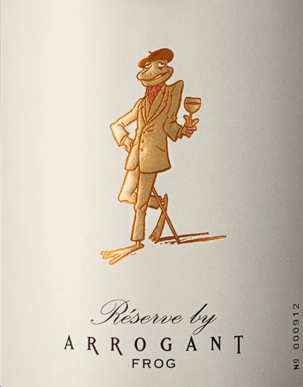 DeArrogant Frog Réserve van Arrogant Frog is een fruitige, verleidelijke cuvée van rode wijn van de druivensoorten Syrah (45%), Grenache (30%) en Mourvèdre (25%). In het glas schittert deze wijn in een krachtig robijnrood met granaatkleurige accenten. Het complexe bouquet van sappige verse bramen en viooltjes wordt begeleid door kruidige vanilletonen. In de mond is deze Franse rode wijn prachtig in balans met een opulente, zachte body. De zijdezachte tannines zijn perfect geïntegreerd en harmoniëren wonderwel met het sappige fruitkarakter en de subtiele fruitzoetheid. Deze rode wijn is rijk, heeft een volle body en leidt naar een lange afdronk die vergezeld gaat van toastaroma's. Vinificatie van deRéserve door Arrogant Frog Na de druivenoogst worden de bessen volledig ontsteeld en per druivenras apart gevinifieerd. Het gistingsproces voor Grenache duurt 4 dagen, voor Mourvèdre en Syrah 5 dagen. De gisting van de drie druivensoorten vindt plaats bij een gecontroleerde temperatuur van 28 graden Celsius in roestvrijstalen tanks en de maceratietijd bedraagt ongeveer 14 dagen. Na het mengen wordt deze wijn op hout gerijpt - 80% van de vaten is Amerikaans eiken - 20% is Frans eiken. Aanbevolen voedsel voor deArrogant Frog Réserve Wij bevelen deze droge rode wijn uit Frankrijk aan bij pasta, risotto met truffel, gegrild rood vlees, wild en zachte kazen, maar ook bij de Aziatische keuken is hij een waar genot. Onderscheidingen voor de Arrogant Frog Réserve GSM Mundus Vini: goud voor 2017