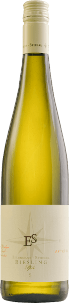 De Riesling Schlabber wijn van Ellermann-Spiegel uit de Pfalz toont zich als een prachtige Riesling variëteit. Briljant lichtgeel in het glas, in de neus fijne aroma's van perzik, appels, nuances van cassis, minerale accenten en florale tonen. Hij danst bijna op de tong, met buitengewoon sappig fruit in de mond, minerale, delicate kruidige tonen, gedragen door fijne en tegelijk verfrissende zuren. Lange, mineraal-fruitige afdronk. De Riesling van Frank spiegel geeft het al aan met zijn naam. De harmonieuze witte wijn met een lichte restzoetheid is bedoeld om van te nippen. Een ongecompliceerde wijn in de beste zin voor elke gelegenheid. Spijsadvies en proeftip voor de Riesling van Ellermann & Spiegel Geniet van deze Riesling uit de Pfalz solo, als aperitief, maar ook bij asperges, vis en Aziatische gerechten. Vinificatie van de Schlabberwein van Frank Spiegel De Riesling Schlabberwein van Ellermann-Spiegel wordt gevinifieerd in roestvrijstalen tanks en blijft enige tijd op de fijne gist, zodat de elegante aroma's van deze klassieke Riesling uit de Pfalz zich mooi kunnen ontwikkelen, voor smakelijk, aromatisch-elegant drinkgenot.