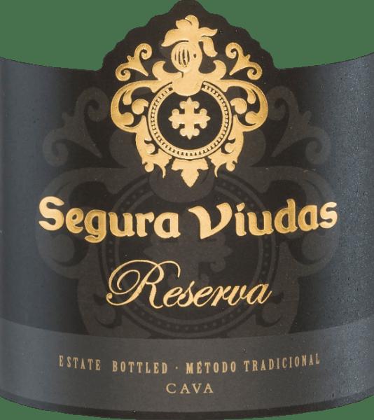 In het glas presenteert de Brut Reserva van Segura Viudas zich strogeel en met een filigraan, elegant en persistent perlage. Het fruitige, verfrissende bouquet onthult aroma's van wit fruit, exotisch fruit en citrusvruchten, evenals licht florale nuances. Op het droge, complexe en volle gehemelte zorgen een stimulerende zuurstructuur en tonen van ananas en limoen voor veel frisheid. Een lange, droge afdronk rondt deze topcava af. Vinificatie van de Cava Brut Reserva De druiven worden zorgvuldig met de hand geoogst, ontsteeld, geperst en geklaard. De resulterende most wordt gedurende 24 uur statisch gedecanteerd om de fruitigheid en de elegantie te bevorderen. Vervolgens vinden, gescheiden door druivensap, de eerste en tweede gisting plaats met geselecteerde giststammen om structuur, complexiteit en een mooie mousseux te geven. De blend is samengesteld uit 12 verschillende wijnen, waarvan er vier na de eerste gisting drie maanden op hun droesem in roestvrijstalen tanks blijven liggen. Vóór het bottelen worden aan de wijn verschillende toevoegingen gedaan, zodat in de fles een tweede alcoholische gisting plaatsvindt. Daarna volgt een rijping van ten minste 15 maanden op de droesem, meestal 24 tot 36 maanden. Na afloop van de opslag wordt de dode gist in de flessenhals eerst geconcentreerd en ten slotte onder schok ingevroren en ontgist (verwijderd) tijdens een enkele weken durend bezinkingsproces. De fles wordt nu gevuld met een exclusief samengestelde dosering, gekurkt, geëtiketteerd en verzonden. Spijs aanbeveling voor de Cava van Segura Viudas Serveer deze mousserende wijn als een stijlvol aperitief of als begeleider van pasta met zeevruchten of vis. Hij harmonieert ook uitstekend met zachte en milde kazen zoals een Brie en kan gemakkelijk een heel menu begeleiden. Onderscheidingen voor de Segura Viudas Brut Reserva Falstaff: 91 punten Mundus Vini: Zilver Wine Spectator: 86 punten De Champagne & Mousserende Wijn Wereldkampioenschappen UK: Goud