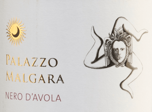 De helderrode kleur van de Nero d'Avola van Palazzo Malgara doet denken aan een stralende robijn. Deze rode wijn heeft een intens bouquet dat doet denken aan weelderig, rijp, donker en rood fruit zoals bramen en moerbeien. Het gehemelte toont een vol, sappig en harmonieus karakter met mooi uitgebalanceerde fruitzuren en geaccentueerde discrete tannines. In de aanhoudende afdronk zijn het heerlijke donkere fruit en een sappige noot opnieuw waarneembaar. Vinificatie van de Malgara Nero d'Avola Na de zorgvuldige oogst worden de druiven van het wijnhuis Palazzo Malgara ontsteeld en gekneusd. De most wordt vergist in roestvrijstalen tanks en blijft daar tot de botteling. Spijsaanbeveling voor deNero d'Avola Palazzo Malgara Als begeleider van worstspecialiteiten of ook van warme en koude tapas is deze Italiaanse rode wijn een waar genoegen.
