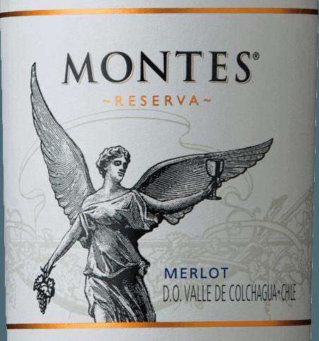 De Merlot Reserva van Montes is een prachtige rode wijncuvée van de druivensoorten Merlot (85%) en Cabernet Sauvignon (15%). De kleur van deze Chileense wijn schittert in een rijk paarsrood met violette reflecties in het glas. Het bouquet onthult krachtige aroma's van sappige frambozen, rijpe bosbessen en verse aalbessen. Daarnaast is er een fijne hint van mokka-chocolade en delicate vanilletonen. In de mond is deze rode wijn verrukkelijk met zijn zeer sappige en volle karakter. De frisse specerijen - door het gebruik van hout - harmoniëren perfect met de bessenfruit nuances - vooral pruimenjam komt naar voren. Het fruitzuur is levendig en de fijne tannines zijn wonderwel geïntegreerd. De kruidige afdronk is evenwichtig, levendig en lang aanhoudend. Vinificatie van de Merlot Reserva Montes Met druivensoorten groeien in de prachtige Valle de Colchagua. De rijpe druiven worden bij gecontroleerde temperatuur vergist in roestvrijstalen tanks. Dit wordt gevolgd door een rijping van zes maanden in Franse eiken vaten. Pas voor het bottelen wordt deze wijn verrijkt met 15% Cabernet Sauvignon. Aanbevolen voedsel voor de Montes Merlot Reserva Geniet van deze droge rode wijn uit Chili bij sappige steaks, lamskoteletjes met rozemarijn-knoflookmarinade of risotto met paddestoelen.