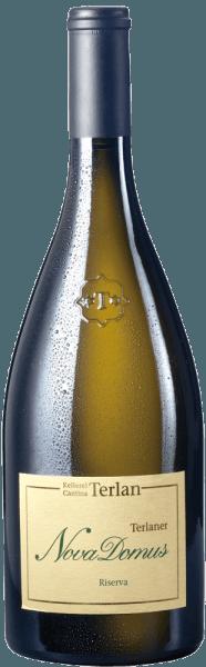De Nova Domus Terlaner Riserva Alto Adige DOC van Cantina Terlan is een ongelooflijk expressieve Zuid-Tiroolse Terlaner witte wijn cuveé die zich presenteert met een enorme verscheidenheid aan aroma's. In het glas is de Nova Domus heldergeel met lichtgroenige nuances. In de neus straalt hij een uiterst complex, veelzijdig bouquet uit met hints van kruiden en specerijen, anijs, salie en munt, maar ook aromatische fruitige aroma's van abrikozen, mandarijnen, meloenen en passievrucht, aangevuld met minerale en zilte tonen.  In de mond presenteert deze Zuid-Tiroolse witte wijn Riserva zich complex en goed gestructureerd, romig en zacht, in een interessant contrast met de aromatische en minerale tonen, een aantrekkelijke symbiose die blijft hangen op de afdronk. Vinificatie van de Nova Domus Terlaner Riserva Alto Adige DOC van Cantina Terlan Deze klassieke Terlaner is een edele cuvée van Pinot Blanc 60%, Chardonnay 30% en Sauvignon Blanc 10%, krachtig en complex, krachtig, veelzijdig met prachtige minerale tonen. De Pinot Blanc brengt elegante, licht kruidige aroma's en fijne zuren, de Chardonnay rijp fruit en smeltend, de Sauvignon Blanc exotische nuances en levendigheid. Zijn volledige potentieel ontvouwt deze wijn het best pas na vele jaren opslag. De naam Nova Domus komt van de ruïnes van het oude kasteel van Casanova uit 1206 hoog boven de poorten van Terlan. De druiven worden met de hand geplukt en geselecteerd, daarna voorzichtig in hun geheel geperst en de most geklaard door natuurlijk decanteren. De alcoholische gisting gebeurt langzaam bij gecontroleerde temperatuur in grote eiken vaten van 30 hl, de malolactische gisting is slechts gedeeltelijk, alleen Pinot Blanc en Chardonnay, daarna rijpen de wijnen 12 maanden 50% in tonneaux en 50% in grote houten vaten. Drie maanden voor de botteling wordt de cuvée gevormd. De Nova Domus Terlaner Riserva heeft een bewaarpotentieel van ten minste 8 tot 14 jaar. Spijsadvies voor deNova Domus Terlaner Riserva van Cantina Ter