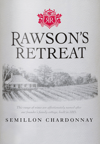 De Semillon Chardonnay vanRawson's Retreat is een delicaat romige witte wijn vangemaakt van Semillon (70%) en Chardonnay (30%). De druiven groeien in het Australische wijnbouwgebied Zuid-Australië. In het glas schittert deze wijn in een schitterend strogeel met sprankelende reflecties. Het fruitige bouquet wordt gedomineerd door sappige aroma's van zoete rijpe meloenen en frisse gele perziken.In de mond presenteert deze Australische cuvée zich toegankelijk en met rijpe nuances van tropisch fruit en een delicate romigheid. Deze witte wijn is heerlijk gestructureerd en ongecompliceerd. Spijs aanbeveling voor de Rawson's Retreat Semillon Chardonnay Geniet van deze droge witte wijn uit Australië bij allerlei gerechten met zalm (zalmlasagne of ook zalm in romige saus met lintnoedels) of ook bij krokante kip met zoetzure saus.