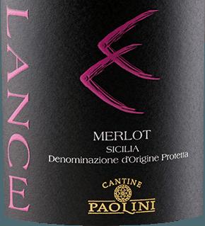 De Lance Merlot van Cantine Paolini uit het Italiaanse wijnbouwgebied DOCSicilia is een rasechte, evenwichtige en zachte rode wijn. Deze wijn verschijnt met een intense robijnrode kleur met paarse accenten: Het expressieve bouquet komt met een echt vuurwerk van fruit. Hij onthult heerlijke aroma's van sappige kersen, ondersteund door de bessennuances van moerbeien, veenbessen en frambozen. Deze typisch Siciliaanse rode wijn overtuigt in de mond met zijn zachte tannines en zijn evenwichtige zuurstructuur. De fluweelzachte textuur wordt gedragen door aroma's van zwarte kersen tot een lange en aromatische afdronk. Vinificatie van de Catine Paolini Lance Merlot De wijnstokken voor deze Merlot zijn geworteld op kleiachtige bodems in Sicilië. Na de handmatige oogst worden de druiven voorzichtig geperst, gevolgd door een alcoholische gisting met maceratie op de schillen gedurende ongeveer 12 dagen. Na de malolactische gisting rijpt deze Italiaanse wijn 6 maanden in grote eiken vaten en vervolgens in cementtanks. Na het bottelen rijpt deze wijn nog 6 tot 8 maanden in de fles. Spijsaanbevelingen voor de Lance Merlot Cantine Paolini Geniet van deze droge rode wijn bij pasta, arancino (gefrituurde rijstballetjes), rood vlees en fetakaas. Onderscheidingen voor de Lance Merlot van Cantine Paolini Luca Maroni: 89 punten voor 2014