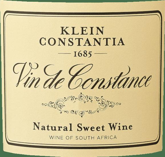 Deze dessertwijn flatteert het oog met een briljant goudgeel. De eerste neus van de Vin de Constance van Klein Constantia overtuigt met aroma's van kumquats, gedroogd fruit en grapefruits. De fruitige hints van het bouquet worden aangevuld met tonen van rijping op vat, zoals peperkoekkruiden, geroosterde amandel en geroosterde hazelnoot. De Vin de Constance kan worden omschreven als uitzonderlijk fruitig en fluweelachtig, omdat hij werd gevinifieerd met een heerlijk zoet smaakprofiel. Deze romige dessertwijn is vol van smaak en heeft vele lagen in de mond. Dankzij de vitale fruitzuren is de Vin de Constance fantastisch fris en levendig in de mond. De finale van deze uitstekende dessertwijn uit de wijnstreek Kuststreek, meer bepaald uit Kaapstad, bekoort met een opmerkelijke nagalm. Vinificatie van de Klein Constantia Vin de Constance Deze dessertwijn is duidelijk gericht op één druivensoort, namelijk op Gelber Muskateller. Alleen de beste druiven werden gebruikt voor deze uitzonderlijk krachtige single-varietal wijn uit Klein Constantia. Na de oogst worden de druiven onmiddellijk naar de wijnmakerij gebracht. Hier worden ze gesorteerd en zorgvuldig vermalen. De gisting vindt vervolgens plaats in roestvrijstalen tanks bij gecontroleerde temperaturen. Na afloop van de gisting rijpt deze zoete wijn 3 jaar in vaten - een combinatie van nieuwe Franse en Hongaarse eiken vaten, en vaten van Franse acacia. Daarna volgen 6 maanden in stalen tanks voordat deze dessertwijn wordt gebotteld. Aanbevolen voedsel voor de Vin de Constance Klein Constantia Deze dessertwijn uit Zuid-Afrika wordt het best gedronken matig gekoeld bij 11 - 13°C. Hij is perfect als begeleidende wijn bij bananentrifle in een glas, braambessenroomdessert of kokoskefirroom. Onderscheidingen voor de Vin de Constance van Klein Constantia Wine Advocate - Robert M. Parker - 96 punten voor 2013