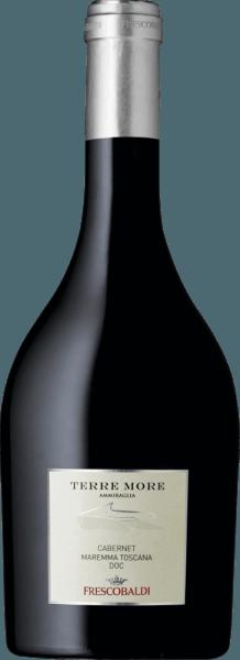 De Terre More Maremma Toscana DOC van Tenuta dell' Ammiraglia van Frescobaldi presenteert een rijk, glanzend karmozijnrood in het glas. In de neus ontvouwen zich allerlei aroma's, waaronder ingemaakte kersen, bramen en rode bessen, die uitmonden in kruidige en balsemieke tonen van kaneel en zoethout. In de mond is deze elegante rode wijncuvée uit de Maremma zacht en innemend, modern van smaak maar Toscaans van traditie. Zeer lange afdronk met licht fruitig-zoete aroma's in de afdronk. Productie van de Terre More Maremma Toscana van Tenuta dell'Ammiraglia Deze rode wijn uit het zuiden van Toscane is een vakkundig samengestelde cuvéevan mooie intensiteit en elegantie van 70% Cabernet Sauvignon en Cabernet Franc, Merlot en Syrah. Na maceratie met de schillen gedurende 13 dagen volgt onmiddellijk malolactische gisting in barriques voor tweede en derde persing, waar ook rijping plaatsvindt gedurende 12 maanden. Aanbevelingen voor de Terre More van Tenuta dell'Ammiraglia Geniet van deze fruitige Toscaanse rode wijn bij gegrild vlees, pastagerechten met gehakt of tomatensaus of een pittige Pizza 4-Formaggi met vier kazen. Awards James Suckling - 90 punten