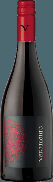 Valle de Casablanca is de thuisbasis van Veramonte's prachtige, single-vineyard Pinot Noir. Een briljant robijnrood met glanzende kersenrode accenten presenteert zich in het glas van deze wijn. De neus wordt verleid door weelderige aroma's van verse frambozen, sappige kersen en gedroogde veenbessen. Veelgelaagd met een expressieve fruitvolheid toont deze Chileense rode wijn zich in de mond. De fijne frisheid biedt een prachtig samenspel met de zeer goede zuurgraad en de elegant geïntegreerde tannines, die de zijdezachte textuur ondersteunen. De lange afdronk wordt gedragen door fijne bessennuances. Vinificatie van de Pinot Noir Veramonte De Pinot Noir druiven worden 's nachts geoogst in de Casablanca Vallei en onmiddellijk naar de wijnkelder van Veramonte gebracht. Daar worden de bessen zorgvuldig ontsteeld en in hun geheel koud gemacereerd. Daarna begint de gisting in open fermentoren. Na de gisting rijpt deze rode wijn 12 maanden in Franse eiken vaten. Spijs aanbeveling voor de Veramonte Pinot Noir Serveer deze droge rode wijn uit Chili bij kruidige stoofschotels, allerlei ragoutvariaties, stevige stoofschotels of mild gekruide kazen.