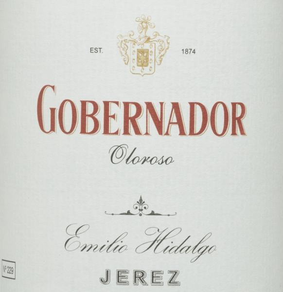 De Gobernador Oloroso van Emilio Hidalgo is een zuivere sherry uit het Spaanse wijngebied D.O. Jerez, gerijpt gedurende vele jaren. Jerez. In het glas schittert een stralende mahonie kleur. Deze edele sherry overtuigt zowel de neus als het gehemelte met zijn sterke nootachtige aroma's - walnoten, hazelnoten en amandelen presenteren zich. In de mond overtuigt deze Spaanse wijn met zijn volle en droge karakter en een lange afdronk. Vinificatie van de HidalgoGobernador Oloroso De met de hand geplukte druiven worden ontsteeld, voorzichtig geperst en de resulterende most wordt gefermenteerd in roestvrijstalen tanks onder temperatuurcontrole. De jonge wijn wordt vervolgens afgetapt, versterkt en voor een eerste rijping in vaten van Amerikaans eikenhout gelegd. De vaten worden slechts tot op zekere hoogte gevuld (maximaal 85%), zodat de karakteristieke flor (een gistlaag) zich kan ontwikkelen, die de wijn luchtdicht afsluit en hem het sherry-specifieke aroma geeft. Zodra de wijn is gerijpt, wordt hij overgebracht naar het traditionele solera-systeem, waarbij sherry's van hetzelfde type in boven elkaar geplaatste vaten worden gerijpt. De oudste wijnen worden opgeslagen in de onderste vaten (Solera), terwijl de jongste wijnen worden opgeslagen in de bovenste rijen (Criaderas). De sherry bestemd voor de verkoop wordt altijd uit de onderste vaten gehaald. Hier wordt echter slechts een klein deel (maximaal een derde) genomen en het genomen deel wordt vervolgens opgevuld met sherry uit de bovenste rijen. Het hele principe wordt voortgezet tot in de bovenste vaten waar jonge wijn, de Mosto, aan de sherry wordt toegevoegd. In de solera verliest de Amontillado zijn flor en begint het oxidatieve rijpingsproces. Tijdens deze fase ontwikkelt hij zijn aromatische volheid en de sterke kleur. Spijs aanbeveling voor deGobernador Oloroso Emilio Hidalgo Deze droge sherry uit Spanje wordt het best licht gekoeld geserveerd als aperitief. Maar ook kruidige,verfijnde vleesgerechten deze wijn is