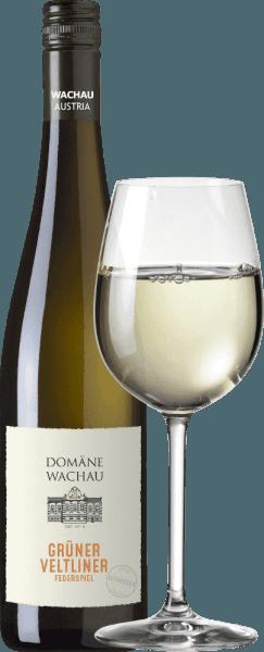DeGrüner Veltliner Federspiel Terrassen van Domäne Wachau is een rasechte, evenwichtige witte wijn uit het Oostenrijkse wijnbouwgebied Wachau in Neder-Oostenrijk. In het glas schittert deze wijn in een groot groen-geel. Het bouquet wordt gekenmerkt door intense, frisse aroma's van gele appels en witte peper. Daarnaast is er wat exotisch fruit en delicate kruidentonen. In de mond wordt de Domäne Wachau Grüner Veltliner Federspiel duidelijk gedomineerd door het fruit van de druivensoort. Hier toont deze Oostenrijkse witte wijn een verfrissende zuurgraad, sappig en harmonieus met een fruitige en kruidige afdronk. Vinificatie van de Domäne Wachau Federspiel Terrassen Grüner Veltliner Deze Grüner Veltliner wordt gemaakt van druiven die groeien op steile terrasvormige wijngaarden. De druiven voor deze wijn worden medio oktober zorgvuldig met de hand geoogst. In de wijnkelder van Domäne Wachau worden de druiven streng geselecteerd en geperst. De most wordt 's nachts voorgeklaard met behulp van het koude bezinkingsprocesen de volgende dag bij koele temperaturen vergist in roestvrijstalen tanks. De wijn rijpt uitsluitend in roestvrijstalen tanks om het frisse fruit van de druivensoort te behouden. Het resultaat is een heldere, goed uitgebalanceerde wijn die u zeker moet proberen! Aanbevolen voedsel voor de Federspiel Terrassen Grüner Veltliner Domäne Wachau Serveer deze droge witte wijn uit Oostenrijk op 9°C bij gebakken gerechten zoals Wiener Schnitzel, bij gevogelte of bij diverse gerechten met vis. Maar ook solo is deze wijn een genot. Prijzen voor deGrüner Veltliner Domäne Wachau Federspiel Terrassen Wine Enthusiast: 91 punten voor 2019