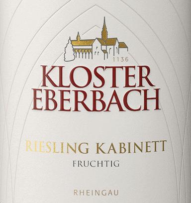 De Riesling Kabinett fruitig van Kloster Eberbach is een single-vineyard, zoete witte wijn uit het Duitse wijnbouwgebied Rheingau. In het glas schittert deze wijn in een helder strogeel met gouden accenten. In de neus ontvouwt zich een intens, fruitig aroma van verse citrusvruchten en rijpe perziken. Het gehemelte geniet van een sappige en zoete volheid van fruit omgeven door een fijne zuurstructuur. Deze Duitse witte wijn heeft een prachtige grip en sappige fruitzoetheid die gepaard gaat met een duidelijke mineraliteit in de lange afdronk. Spijsadvies voor de Kloster Eberbach Riesling Kabinett Deze zoete witte wijn uit Duitsland is een prima begeleider van hete, kruidige gerechten uit de Aziatische keuken. Maar deze wijn is ook een genot bij worstspecialiteiten.