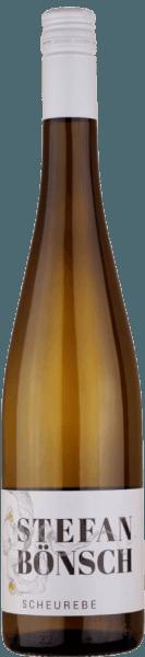 De Scheurebe van Stefan Bönsch uit het Elbedal bij Dresden ziet er in het glas ingetogen lichtgeel uit. Maar eenmaal op de neus betovert deze witte wijn met delicaat tropisch fruit, vooral rijpe passievrucht en mango. In de mond fris, filigraan met een aangename kruidigheid. Vol en lang in de afdronk. Productie van de Scheurebe van Stefan Bönsch De Scheurebe van wijnmaker Stefan Bösch wordt gedeeltelijk spontaan vergist, wat hem een opmerkelijke eigen persoonlijkheid geeft. Een voorproefje van wat men in de komende jaren van dit jonge domein kan verwachten. Gastronomische combinaties met de Scheurebe van Stefan Bönsch Geniet het best van deze witte wijn bij wit vlees en hartige gerechten.