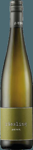 De Bäder Riesling van het wijnhuis Bäder presenteert een bouquet met frisse citrusaroma's, kruiden en een hint van citroenmelisse, evenals fijne minerale tonen in de mond. Deze Riesling overtuigt met zijn intense fruittonen en evenwichtige zuurgraad. Spijsadvies voor de Bäder Riesling Geniet van deze droge witte wijn bij visgerechten.