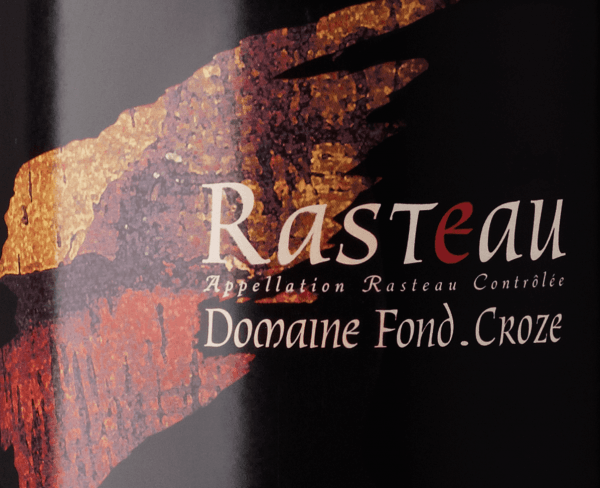 In the glass, the Rasteau from the pen of Domaine Fond Croze shows a dense purple-red colour. The nose of this red wine from the Northern Rhône Valley captivates with aromas of lilac, perfumed rose, lavender and violet. If we continue to explore the aromas, vanilla, cocoa bean and gingerbread spice are added. The Domaine Fond Croze Rasteau inspires with its elegant dry taste. It was bottled with only 2 grams of residual sugar. As one can naturally expect from a wine, this Frenchman naturally enchants with the finest balance in all dryness. Aroma does not necessarily need sugar. On the palate, the texture of this powerful red wine is wonderfully dense. With its vital fruit acidity, the Rasteau is exceptionally fresh and lively on the palate. The finale of this well-ageing red wine from the Northern Rhône Valley wine-growing region, or more precisely from Rasteau, finally inspires with a remarkable aftertaste. The finish is also accompanied by mineral notes of the soils dominated by limestone and sandstone. Vinification of the Rasteau from Domaine Fond Croze The basis for the powerful Rasteau from the Northern Rhône Valley are grapes from the grape varieties Garnacha, Mourvèdre and Syrah. In the Northern Rhône Valley, the vines that produce the grapes for this wine grow on soils of limestone, sandstone, marl and brown earth. After the harvest, the grapes are immediately taken to the winery. Here they are selected and carefully ground. Fermentation then takes place in small wood at controlled temperatures. The vinification is followed by a maturation of 14 months in oak barriques. Recommended food for the Rasteau of Domaine Fond Croze Experience this red wine from France ideally tempered at 15 - 18°C as an accompanying wine to coconut-lime fish curry, asparagus salad with quinoa or leek tortilla. Awards for the Rasteau from Domaine Fond Croze In addition to a price that is absolutely first class for quality, this red wine from Domaine Fond Croze can also boast awards. In detail these are Wine Advocate - Robert M. Parker - 88 points