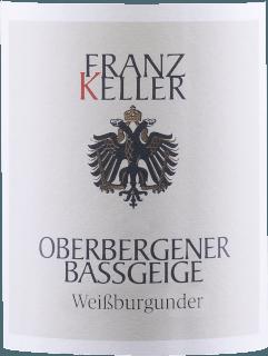 De Oberbergener Bassgeige Pinot Blanc van Weingut Franz Keller uit Baden presenteert een briljante, lichtgele kleur in het rondgedraaide glas. In de neus onthult deze witte wijn van Weingut Franz Keller allerlei soorten appels, peren, kweepeer en nashi peer. Alsof dat nog niet indrukwekkend was, voegt de veroudering in roestvrij staal nog meer smaken toe, zoals walnoot, jeneverbes en chocolade met hele noten Deze witte wijn van Weingut Franz Keller is ideaal voor alle wijnliefhebbers die van droog houden. Hij is echter nooit droog of broos, maar rond en glad. In de afdronk inspireert deze witte wijn uit het wijnbouwgebied Baden uiteindelijk met een goede lengte. Er zijn opnieuw hints van kweepeer en appel. In de afdronk komen minerale tonen van de door löss en vulkanisch gesteente gedomineerde bodems. Vinificatie van de Oberbergener Bassgeige Pinot Blanc van Weingut Franz Keller De elegante Oberbergener Bassgeige Pinot Blanc uit Baden is gemaakt van druiven van het Pinot Blanc ras. In Baden groeien de wijnstokken die de druiven voor deze wijn voortbrengen op bodems van löss en vulkanisch gesteente. Na de handoogst bereiken de druiven de wijnmakerij via de snelste weg. Hier worden ze geselecteerd en zorgvuldig vermalen. De gisting vindt vervolgens plaats in roestvrijstalen tanks bij gecontroleerde temperaturen. De gisting wordt gevolgd door enkele maanden rijping op de fijne droesem voordat de wijn uiteindelijk wordt gebotteld. Spijsadvies voor de Weingut Franz Keller Oberbergener Bassgeige Pinot Blanc Deze witte wijn uit Duitsland wordt het best gedronken goed gekoeld bij 8 - 10°C. Het is perfect als bijgerecht bij preisoep, kalfs-uienrollade of aardappelpannetje met zalm.