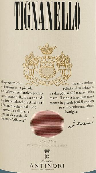 De Tignanello Toscana IGT van Marchesi Antinori is het vlaggenschip, quasi de Premier Cru, van het Antinori topwijngoed Tenuta Tignanello in Toscane. Dit vlaggenschip onder de Supertuscans werd voor het eerst geproduceerd als Vino da Tavola met het wijnjaar 1971; tot vandaag inspireert het wijnliefhebbers over de hele wereld als IGT. De Tignanello komt in het glas met een zeer intense robijnrode kleur. Deze rode topwijn betovert de neus met aroma's van cassis, bramen en ander donker bessenfruit. Kruidige nuances van chocolade, zoethout en kruidig eikenhout ronden het bouquet van de Tignanello af. In de mond presenteert hij zich zeer krachtig, innemend en levendig. Alles klopt hier - sappig fruit, grote extractie zonder overbelast te smaken, heerlijk aanwezige, zijdezachte en levendige tannines die de wijn een grote complexiteit geven en een zeer lange, aanhoudende afdronk. Vinificatie van de Tignanello Toscana IGT van Tenuta Tignanello De Tignanello werd in 1970 voor het eerst als Cru geproduceerd, toen nog als Chianti Classico Riserva vigneto Tignanello en bevatte naar Toscaanse traditie ook nog witte druivenrassen. Al in 1971 heette het Vino da Tavola en alleen nog Tignanello, de witte druivenrassen werden geleidelijk helemaal geschrapt. Sinds 1982 bestaat de Tignanello onveranderd uit Sangiovese 80%, Cabernet Sauvignon 15% en Cabernet Franc 5%. Hij wordt alleen in de beste wijnjaren geproduceerd. Het wijnjaar 2015 werd gekenmerkt door een bijzonder goede en gelijkmatige rijpingsfase vóór de oogst, de geoogste druiven waren volledig gezond en rijp. Na de zeer zorgvuldige en selectieve oogst, werd ook opnieuw geselecteerd in de wijnkelder om de kwaliteit verder te optimaliseren. De druiven worden afzonderlijk per druivenras gevinifieerd totdat de rijping op hout is voltooid. Tijdens de gisting in conische kuipen worden de mosten zorgvuldig gemacereerd, waarbij veel aandacht wordt besteed aan de frisheid van de aroma's, de extractie van de kleurstoffen en de extract