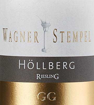 De Siefersheim Höllberg Riesling Großes Gewächs van Wagner-Stempel uit de oudste en beste percelen van de VDP.Grossen Lage Höllberg in het wijnbouwgebied Siefersheim in Rheinhessen is een smeltende, karaktervolle en uitstekende witte wijn. Deze eersteklas Große Lage wordt uitsluitend gevinifieerd van biologisch geteelde rieslingdruiven. In het glas schittert deze wijn in een helder strogeel met lichtgouden accenten. De neus wordt betoverd door een fruitig-bloemig boeket. Expressieve aroma's van sappige perziken, rijpe abrikozen en tropisch fruit ontvouwen zich - vooral zongerijpte mango komt naar voren - uitstekend aangevuld met florale tonen van jasmijn en acacia. In de mond overtuigt deze Duitse top Riesling met een frisse en animerende zuurgraadstructuur die een prachtig samenspel creëert met de kernachtige minerale body. De aroma's van de neus komen ook tot uiting en ondersteunen het uitstekende volume. De afdronk heeft een grote lengte. Vinificatie van de Großes Gewächs Wagner-Stempel Höllberg Riesling Zonder twijfel kan de topwijngaard Höllberg gerekend worden tot de beste en oudste percelen van de VDP.Grossen Lagen. De Riesling wijnstokken worden geteeld volgens biologische landbouwmethoden. De wijnstokken zijn geworteld in stenige en skeletrijke grind- en kleigronden met porfiergesteente in de ondergrond. De druiven worden laat in het jaar met de hand geoogst met strenge selectie. In de wijnkelder van Wagner-Stempel worden de druiven na de gisting gerijpt in roestvrijstalen tanks en in traditionele Duitse eiken vaten en halve vaten. Spijsadvies voor de Wagner-Stempel GG Riesling Siefersheim Höllberg Geniet van deze droge witte wijn uit Duitsland bij kalfsrolletjes gevuld met pesto in kruidensaus en geroosterde aardappelen, tonijnsteaks op verse spinazie of bij gebakken forel met kruidenboter.
