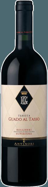 De Guado al Tasso Bolgheri Superiore DOC van Tenuta Guado al Tasso is het vlaggenschip van de Bolgheri wijn van de legendarische Antinori familie. Deze unieke rode wijn ademt nuances van rijp rood en zwart bessenfruit en donkere chocolade, aangevuld met kruidig geroosterde aroma's en aromatische Arabica koffie. In de mond is hij verrukkelijk met zijn complexiteit en evenwicht, elegantie en rechtlijnigheid, uitstekende structuur met zachte tannines. De zeer lange afdronk is in harmonie met de aroma's en geeft een plezierige afdronk. Vinificatie van de Guado al Tasso Bolgheri Superiore DOC van Guado al Tasso Voor deze Bolgheri Superiore worden Merlot, Syrah en Cabernet Sauvignon, soms ook een beetje Petit Verdot, gevinifieerd in een cuvée. De bekroonde en gerenommeerde terroirwijn van Tenuta Guado al Tasso wordt geproduceerd sinds 1990. De druiven worden zorgvuldig met de hand geoogst, ontsteeld en geselecteerd in de wijnmakerij voordat ze afzonderlijk per druivensoort worden geperst. De alcoholische gisting en de maceratie van elke variëteit vinden plaats in roestvrijstalen tanks bij een gecontroleerde temperatuur gedurende een periode van 15 tot 20 dagen. Tijdens deze periode worden de schillen gelicht en wordt zuurstof aan de wijn toegevoegd, variabel naargelang de behoeften van elke druivensoort. Na het verwijderen van de schillen worden de wijnen overgebracht in nieuwe barriques waar tot het einde van het jaar malolactische gisting plaatsvindt, gevolgd door een rijping van 18 maanden. Na zorgvuldige controle van elke barrique worden de wijnen gemengd en wordt de Guado al Tasso Bolgheri Superiore gebotteld, waar hij nog eens 10 maanden rijpt voordat hij voor verkoop wordt vrijgegeven. Voedingsadviezen voor de Guado al Tasso Bolgheri Superiore van Guado al Tasso Geniet van deze heerlijke Bolgheri terroir wijn als perfecte begeleider van gestoofd en gegrild vlees, wild, medium-rijpe kazen, tot rustieke gerechten van de Toscaanse traditie. Onderscheidingen voor de Gu