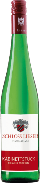 De Kabinettstück Riesling trocken van Schloss Lieser is een fijne, extractzoete en rasechte witte wijn uit het Duitse wijnbouwgebied Mosel. Deze wijn schittert in een heldere strogele kleur met lichtgouden accenten in het glas. De neus wordt betoverd door een fruitig bouquet. Een fruitig aroma van groene peren en rijpe kweeperen ontvouwt zich - vergezeld van minerale hints. In de mond presenteert deze Duitse witte wijn zich met een fijn-sappige textuur en een slanke, delicate body. De mineraliteit is ook aanwezig - maar komt niet op de voorgrond. De fijne fruitigheid en subtiele extractzoetheid zijn zeer goed geïntegreerd en begeleiden in de lange, complexe afdronk. Spijsadvies voor de Schloss Lieser Kabinettstück Riesling droog Deze droge witte wijn uit Duitsland is uitstekend te combineren met mediterrane knoflookgarnalen, schol Finkenwerder Art met aardappel-komkommersalade of gevulde kalkoenrolletjes met Parmaham.