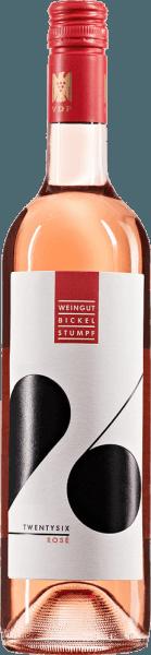 De lichtvoetige Twentysix rosé van het huis Bickel-Stumpf vloeit in het glas met een schitterende kleur. De neus van deze rosé wijn uit Franken is betoverend met aroma's van grapefruit, pomelo, limoen en morellen kersen, en het fruitige karakter maakt deze wijn zo bijzonder De Bickel-Stumpf Twentysix rosé presenteert zich voor de wijnkenner aangenaam droog. Deze rosé wijn toont zich nooit grof of mager, zoals men mag verwachten bij een wijn in de verhoogde prijsklasse. De Bickel-Stumpf Twentysix rosé presenteert ons een ongelooflijk fruitige smaak in de mond, die natuurlijk ook te danken is aan zijn residuaal zoete smaakprofiel. Op de tong wordt deze lichtvoetige roséwijn gekenmerkt door een ongelooflijk lichte textuur. Dankzij zijn gematigde fruitzuurgraad flatteert de Twentysix rosé het gehemelte met een aangenaam gevoel zonder aan frisheid in te boeten. In de afdronk bekoort deze jeugdige roséwijn uit het wijnbouwgebied Franken uiteindelijk met een aanzienlijke lengte. Weer zijn er hints van citroen en grapefruit. In de afdronk komen minerale tonen van de door kalksteen gedomineerde bodem. Vinificatie van de Twentysix rosé van Bickel-Stumpf Deze elegante roséwijn uit Duitsland is gemaakt van de druivensoorten Blauer Portugieser en Spätburgunder. De druiven groeien onder optimale omstandigheden in Franken. Hier graven de wijnstokken hun wortels diep in de kalkbodem. Wanneer de perfecte fysiologische rijpheid is bereikt, worden de druiven voor de Twentysix rosé uitsluitend met de hand geoogst, zonder de hulp van grove en minder selectieve volle plukmachines. Na de oogst worden de druiven zo snel mogelijk naar de perserij gebracht. Hier worden ze gesorteerd en zorgvuldig uit elkaar gehaald. De gisting volgt in roestvrijstalen tanks bij gecontroleerde temperaturen. Aan het einde van de gisting kan de Twentysix rosé nog enkele maanden op de fijne droesem blijven harmoniseren. Spijsadvies voor de Twentysix rosé van Bickel-Stumpf Deze Duitse wijn wordt het best goed gek